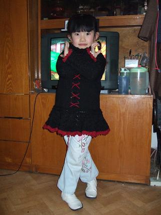 侄女的,也完工了,因为她胖,女儿瘦,所以织的肥了一点儿,女儿穿着当了一下小模特