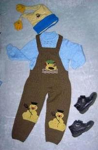 天蓝色宝宝绒上衣和茶黄色毛裤