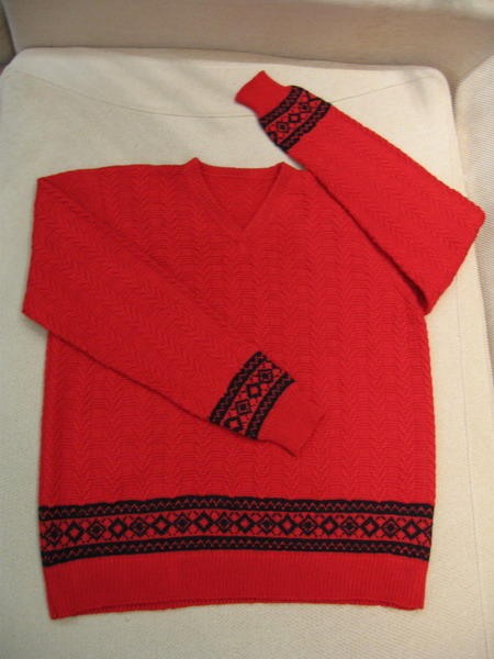 给老公的红毛衣,用的是索斯诺羊绒。洗的时候褪色,搞得跟杀了人一样,哈