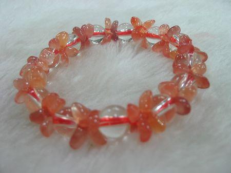 红水晶:现产量很少,治疗作用强,内在能量大,升华感情和友谊。拥有红水晶者,精力充沛,事业蒸蒸日上!东