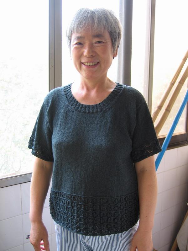 给老妈的真丝短袖衫,用的是迷云家的线线,还没烫呢就让老妈来了个真人秀,老妈的睡裤和后面的竹竿请自动忽