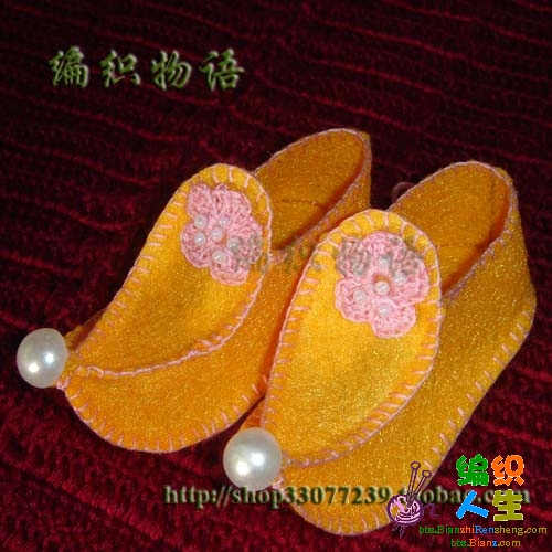 编织物语—芳菲制作钩织的小花装饰的不织布小鞋子