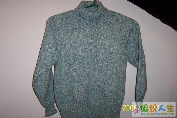 我织的第一件成品毛衣,还是插肩的,不过有点肥了,给我妈妈穿了