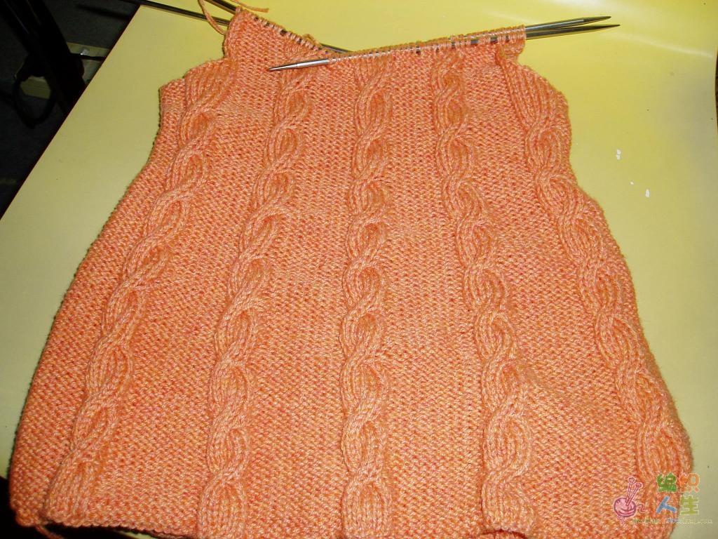好多MM都想织这件背心裙给自己家的宝宝穿,我也不例外当时看到论坛里有个MM发了这条裙子也马上心动的不得了,花了两天仿个件给我的女儿,今天我又开织第二条准备送给我朋友的女儿,想着边织边把过程图拍下来,这样大家一看就能明白怎么织了,这条裙子是给五周岁不到点的小姑娘织的,小姑娘比较胖,所以这条裙子比第一条织的稍微大了点,我起的是200针,圈织,20针为一个花样,一共是10个花,20针里6针绞麻花,14织上针。图我会陆续添加,不凑巧相机没电了,所以明天我再来加图。先把我女儿的那条发上来给大家看一样织完后的样子,说