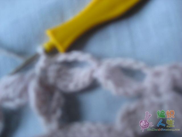 4小辫连接另外两个花瓣