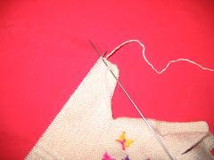 右针上现在是一针,再挑起大拇指挂针时的最后一针,现在是二针了,再扎进织的那面最后一针,织针下,把右针 ...