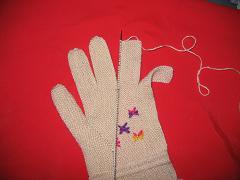 收指顶到指缝间,挑起无名指的针数