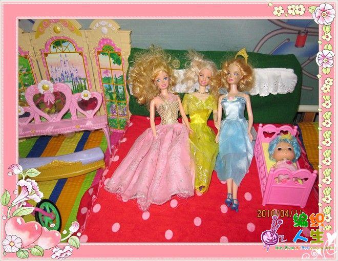 给女儿的芭比娃娃做的小床和床上用品