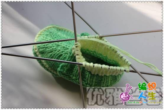 织几行后在鞋头中间减针,中间一针不动,三并一,两边再二并一各两次,总共一行减了6针,再织三行后又如此减针,这样如此反复减5次就可以了。然后开始织翻下来的部分,不再转圈织,改为织片,织两针上两针下,织到合适的高度再织几行来回下针收好边就行了。
