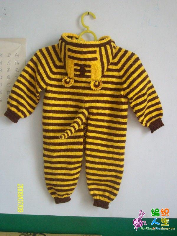 我给侄子织的小老虎衣,适合1--1.5岁的宝宝。是从帽子开始起针我起了28针,王字可以直接织上,也可以织好后缝上去,我是直接织的。其它与织插肩袖衣衣一样的,姐妹们一定要记得后片比前片织的长一些,要不然穿着不舒服。 线:腈纶线 大概1斤2两 12号针 简单讲一下编织过程及方法:帽子按照图片织好后,开始挑织,一个小辫子挑一针,我好像挑了93织(衣服已送人记不清了),织6寸开始织身体部分。如从上往下织插肩袖一样织法,即把所有针分为3份,前后各一份,两个肩共占一份。每份间用2针作茎,隔一圈在茎的两边各加一针,肩