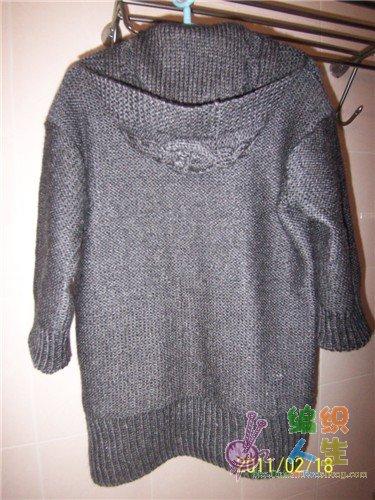 仿优雅低V领麻花七分袖毛衣后背