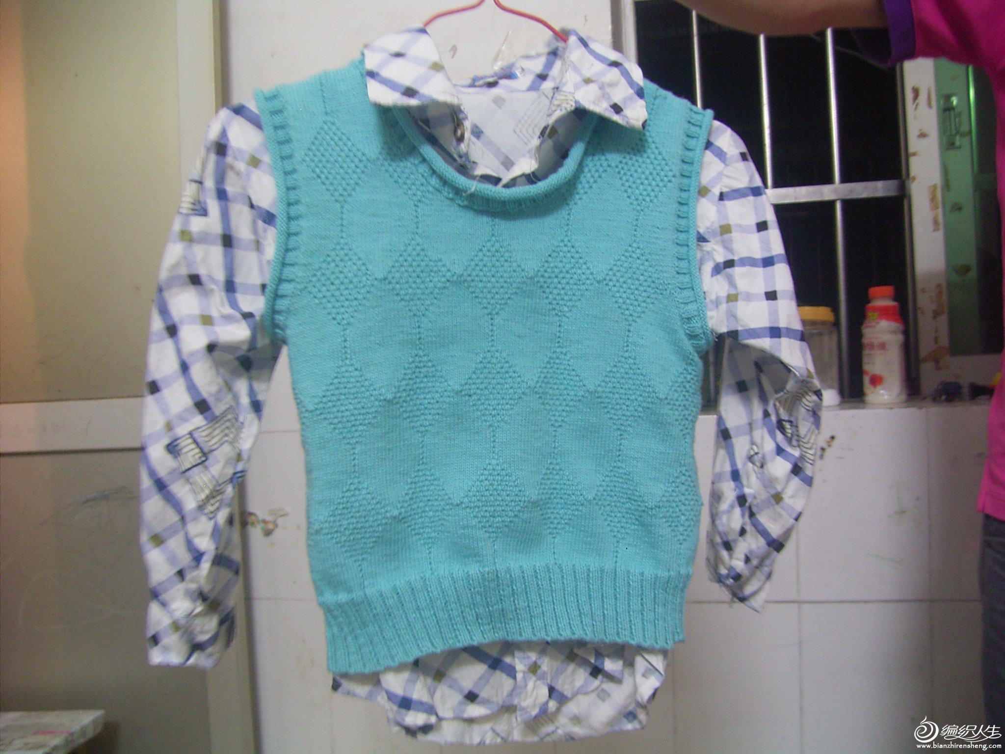 """孩子他爸提着衣服让儿子拍照。。哈哈,儿子说:""""妈妈你给我织的衣服真漂亮,但还是我照的更漂亮!"""""""