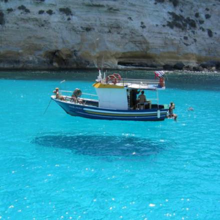 佩拉杰群岛(Pelagie Islands)位于地中海中部,海水透明得宛如船漂浮在蓝天上