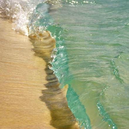 你能猜出这是海水吗?跟果冻一样。班赛岛的水晶海浪