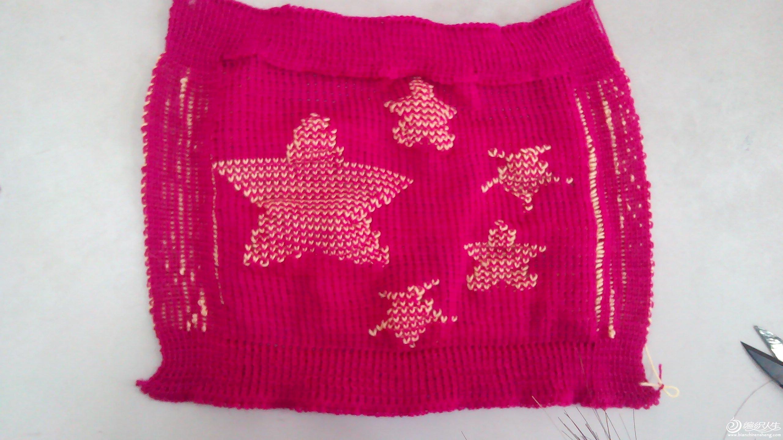 这个织物四周是用的满针罗纹,中间是单面的纬平针组织,中间我用了提花的方式来凸出花纹。