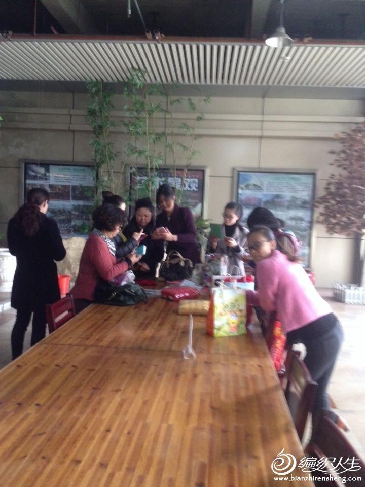 聚会还吸引了一些商场里的阿姨们过来,当场就加群了。