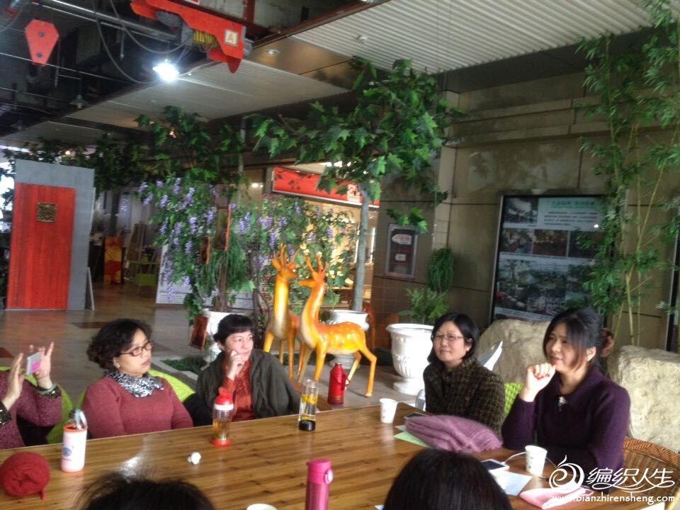 清瓜老师旁边的那位美女是老师学编织的同学