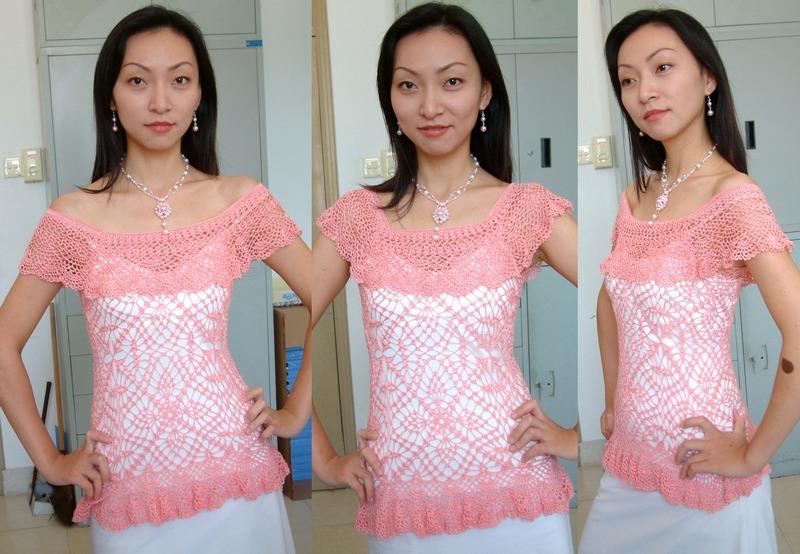 粉红丝光背心的改编  最近把积在橱子里的一些衣服拿出来改编了一下。这件是背心,原图在下面。可学校不让教