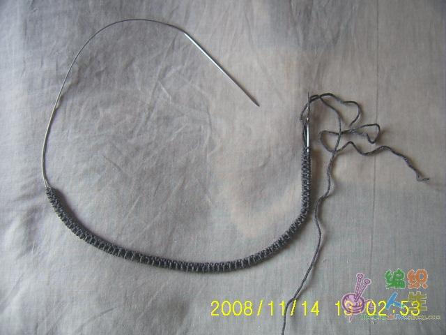 12号针灰色起机器边138针,织一个来回上针织下针挑的单罗纹