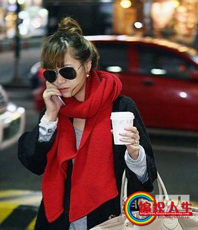 毛围巾靓点:如果皮肤不是很白的MM不要沮丧,试试大红色的围巾,脸色会提亮,而且搭配也很容易。总是绕一圈 ...