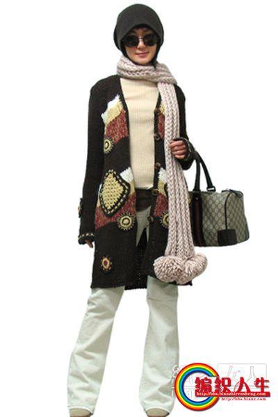 毛围巾+长外套+喇叭裤